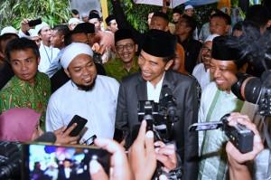 Presiden menjawab pertanyaan wartawan usai acara di Ponpes Salafiyah Syafi'iyah Sukorejo, Situbondo, Jawa Timur, Sabtu (3/2). (Foto: BPMI).