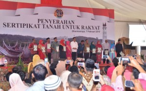 Presiden Joko Widodo (Jokowi) saat memberikan sertifikat kepada masyarakat di Gelanggang Olahraga (GOR) Dharmasraya, Sumatra Barat, Rabu (7/2) sore. (Foto: Humas/Jay)