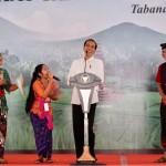 Presiden Jokowi, Jumat (22/2) pagi, menuju ke Taman Pujaan Bangsa Candi Margarana, untuk menyerahkan sertifikat. (Foto: BPMI).