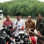Presiden menjawab pertanyaan usai acara di Bali, Jumat (23/2).