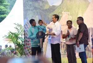 Presiden Jokowi saat menyerahkan sertifikat hak atas tanah untuk rakyat di Provinsi Maluku, di Hatu, Kecamatan Lehitu Barat, Maluku Tengah, Maluku, Rabu (14/2). (Foto: Humas/Oji).