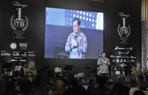 Seskab saat menghadiri Gala Dinner Menuju Seabad ITB dan pendidikan tinggi teknik di Indonesia sekaligus malam penggalangan dana, Senin (19/2) malam, di Auditorium Kementerian PUPR. (Foto: Humas/Jay)