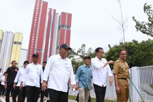 Presiden saat meninjau di Wisma Atlet Kemayoran, Jakarta, Senin (26/2). (Foto: Humas/Oji).