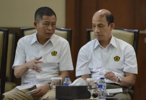 Menteri ESDM Ignasius Jonan dan Wakil Menteri ESDM Archandra Tahar mengumumkan pencabutan 32 regulasi di Kementerian ESDM, Jakarta, Senin (5/2) kemarib. (Foto: Kementerian ESDM)