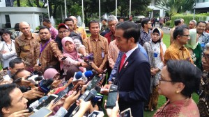 Presiden Jokowi menjawab pertanyaan wartawan usai membuka Rapat Kerja Kepala Perwakilan RI, di Gedung Pancasila, Kementerian Luar Negeri (Kemenlu), Jakarta, Senin (12/2). (Foto: Humas/Oji)