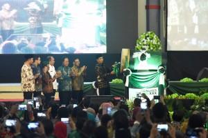 Presiden Jokowi memuku bedug sebagai tanda pembukaan Kongres ke-30 HMI, di Universitas Patimura, Ambon, Rabu (14/2) pagi. (Foto: OJI/Humas)