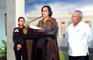 Menkeu menjelaskan pada wartawan usai Rapat Terbatas di Kantor Presiden, Jakarta, Selasa (20/2) sore. (Foto: Humas/Jay)