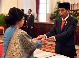 Presiden Jokowi menyerahkan pena untuk penandatangani berita acara pelantikan duta besar RI untuk negara sahabat, di Istana Negara, Jakarta, Selasa (20/2) pagi. (Foto: Rahmat/Humas)