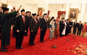 Para duta besar baru RI untuk 17 negara sahabat dilantik dan diambil sumpahnya oleh Presiden Jokowi, di Istana Negara, Jakarta, Selasa (20/2) pagi. (Foto: Rahmat/Humas)