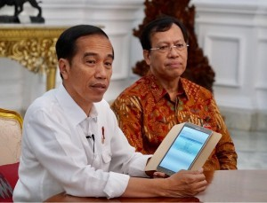 President Jokowi fills in Annual Tax Return Form (SPT) for Individual Taxpayer 2017 online at the Presidential Palace, Jakarta, Monday (26/2). (Photo by: Bureau of Press, Media, and Information of the Presidential Secretariat)