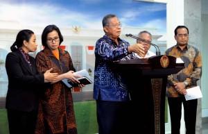 Menko Perekonomian menjawab pertanyaan wartawan usai Rapat Terbatas tentang Insentif Untuk Investasi, di Kantor Presiden, Jakarta, Selasa (20/2) sore. (Foto: Humas/Jay).