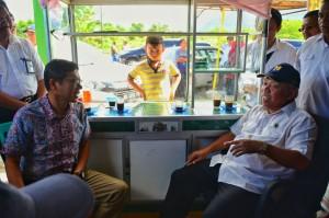 Menteri PUPR Basuki Hadimuljono dan Gubernur Sumbar Irwan Prayitno ngobrol santai, di Padang, Sumbar, Senin (5/2). (Foto: BKP Kementerian PUPR)
