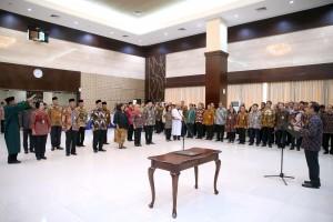 Mensesneg Pratikno melantik Pejabat Pimpinan Tinggi Madya dan pejabat Pimpinan Tinggi Pratama di lingkungan Kemensetneg, di aula Gedung III Kemensetneg, Jakarta, Selasa (13/2) pagi. (Foto: Humas Kemensetneg)