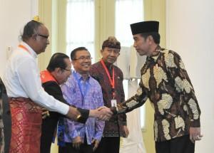 Presiden Jokowi bersalaman dengan peserta Musyawarah Besar Pemuka Agama Untuk Kerukunan Bangsa di Istana Kepresidenan Bogor, Jawa Barat, Sabtu (10/2). (Foto: Humas/Oji)