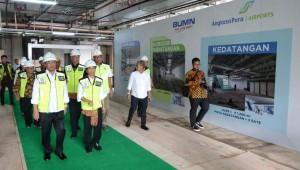 Menhub Budi K. Sumadi didampingi Menteri BUMN Rini Soemarni meninjau terminal baru Bandara Ahmad Yani, Semarang, Jateng, Minggu (11/2) siang. (Humas Kemenhub)
