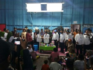 Menko PMK Puan Maharani didampingi Menkes, Mensos, Mendikbud, dan KSP meninjau salah satu Posko pelayanan KLB Gizi Buruk, di Asmat, Papua, Kamis (22/2) pagi. (Foto: Humas KSP)