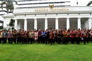 Presiden Jokowi berfoto bersama peserta Rapat Kerja Kepala Perwakilan RI dengan Kementerian Luar Negeri, di Gedung Pancasila, Kementerian Luar Negeri, Jakarta, Senin (12/2). (Foto: Humas/Oji)
