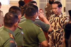 President Jokowi is shaking hands with participants of the 2018 National Coordination Meeting of Forest and Land Fires at the State Palace, Jakarta, Tuesday (6/2) morning. (Photo: Rahmat/PR).