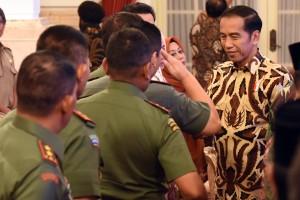Presiden Jokowi menyalami peserta Rakornas Karhutla 2018, di Istana Negara, Jakarta, Selasa (6/2) pagi. (Foto: Rahmat/Humas)