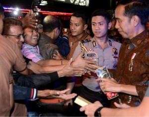 Presiden Jokowi menyapa warga saat berjalan mencari makan malam, di Ambon, Maluku, Selasa (13/2) malam. (Foto: Twitter @jokowi)