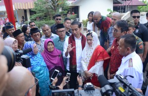 President Jokowi answers journalists' questions in Sawahlunto, West Sumatera, Thursday (8/2). (Photo by: Public Relations Division/Jay)