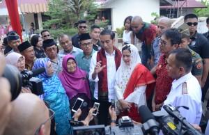 Presiden menjawab pertanyaan wartawan di Sawahlunto, Sumbar, Kamis (8/2). (Foto: Humas/Jay)
