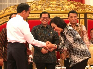 President Jokowi, accompanied by Minister of State Secretary, Cabinet Secretary, Presidential Chief of Staff, congratulates Minister of Finance Sri Mulyani for being elected as the Best Minister in the World, at State Palace, Monday (12/2) afternoon. (Photo: Rahmat/Humas)