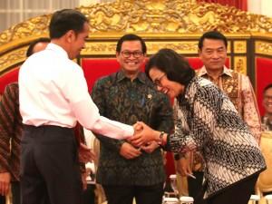 Presiden Jokowi didampingi Mensesneg, Seskab, dan KSP memberikan ucapan selamat kepada Menkeu Sri Mulyani yang terpilih sebagai menteri terbaik di dunia, di Istana Negara, Jakarta, Senin (12/2) siang. (Foto: Rahmat/Humas)