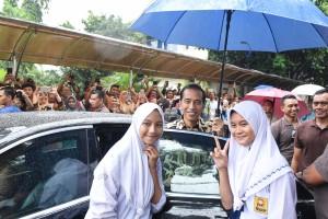 Presiden Jokowi menyempatkan berfoto bersama pelajar usai acara Rembuk Nasional Pendidikan dan Kebudayaan di Pusdiklat Kemendikbud di Bojongsari, Depok, Jawa Barat, Selasa (6/2) sore.