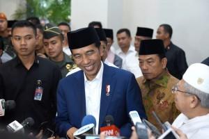 Presiden Jokowi menjawab wartawan usai menghadiri Dzikir Kebangsaan dan Rapat Kerja Nasional I Majelis Dzikir Hubbul Wathon di Asrama Haji, di Asrama Haji, Pondok Gede, Jakarta, Rabu (21/2) malam. (Foto: OJI/Humas)