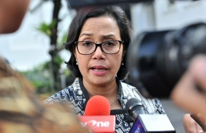 Finance Minister answers the reporters' question after attending a Plenary Cabinet Meeting at the State Palace, Jakarta, Monday (12/2). (Photo by: Rahmat/Public Relations Office)