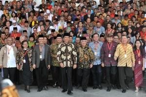 Presiden Jokowi bersama para peserta Musyawarah Besar Pemuka Agama Untuk Kerukunan Bangsa, di Istana Kepresidenan, Bogor, Jawa Barat, Sabtu (10/2) sore. (Foto: Humas/Oji)