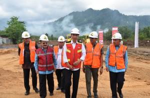 Presiden Jokowi saat meresmikan pembangunan jalan tol Padang-Sicincin, di Jalan Bypass Kilometer 0, Padang, Sumatra Barat, Jumat (9/2). (Foto: Humas/Anggun)