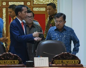 President Jokowi speaks to Vice President Jusuf Kalla and Cabinet Secretary Pramono Anung before Limited Meeting at the Presidential Office, Jakarta, Tuesday (6/3) afternoon (Photo: Rahmat/PR).