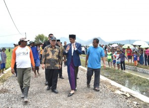 President inspected the progress of Cash Labor Intensive (Padat Karya Tunai) program in Kempek Village, Gempol District, Cirebon Regency, West Java Province. Sunday (11/3). (Photo by: BPMI)