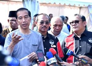 Presiden Jokowi menjawab pertanyaan wartawan usai menghadiri Festival dan Pameran Burung Berkicau Piala Presiden Jokowi Tahun 2018 di Kebun Raya Bogor, Minggu (11/3). (Foto: BPMI)
