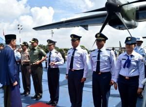 Presiden Jokowi saat akan kunjungan ke Cirebon menggunakan CN-295 TNI AU melalui Pangkalan TNI AU Halim Perdanakusuma Jakarta, Minggu (11/3). (Foto: BPMI)