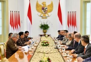 Presiden Jokowi, Senin (12/3) pagi, menerima kunjungan kehormatan delegasi Asian Infrastructure Investment Bank (AIIB) di Istana Kepresidenan Bogor, Jawa Barat. (Foto: BPMI)