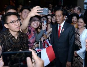 Masyarakat Indonesia sambut Presiden dan Ibu Iriana bersama rombongan di hotel tempat menginap selama berada di Sydney, Jumat (16/3). (Foto: BPMI)