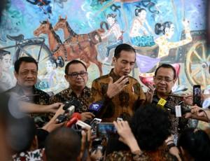 Presiden memberikan keterangan kepada jurnalis di Gedung Utama Kementerian Sekretariat Negara, Jakarta, Jumat (23/3).