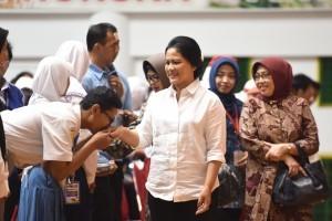 First Lady Iriana accompanies President Jokowi in the Distribution of KIP, PKH, and Rice Social Assistance at Tri Dharma Sports Complex, PT Petrokimia Gresik, Gresik Regency, East Java Province, Thursday (8/3). (Photo: PR/Oji)