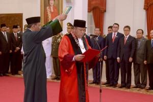 Hakim Konstitusi Arief Hidayat saat mengucapkan sumpah jabatan kembali untuk periode 2018-2023 di hadapan Presiden Jokowi, di Istana Negara, Jakarta, Selasa (27/3). (Foto: Humas/Oji)
