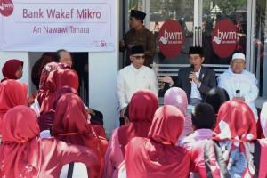 Presiden Jokowi saat meluncurkan program Bank Wakaf Mikro An Nawawi Tanara, di Pondon Pesantren An Nawawi Tanara, Serang, Provinsi Banten, Rabu (14/3). (Foto: Humas/Rahmat)