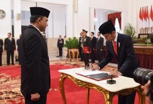 Presiden Jokowi menandatangani berita acara pelantikan Heru Winarko sebagai Kepala BNN, di Istana Negara, Jakarta, Kamis (1/3) pagi. (Foto: JAY/Humas)
