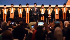 Presiden Jokowi berfoto bersama pimpinan MA usai membuka Sidang Pleno Istimewa Laporan Tahunan Mahkamah Agung Tahun 2017, di Jakarta Convention Center (JCC), Jakarta, Kamis (1/3) siang. (Foto: Rahmat/Humas)