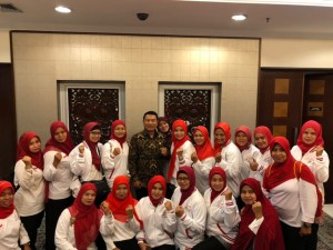 Presidential Chief of Staff Moeldoko takes picture with the 30 representatives of village midwives at Bina Graha, last week (Photo by: PR Divison of Office of Presidential Staff)