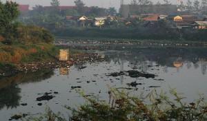 "NANDANG SUKANDA/""PR"" SUNGAI Citarum, Kecamatan Dayeuhkolot, Kabupaten Bandung, Jumat (26/6/2015). Sungai Citarum tersebut nampak dangkal alami penyusutan, airnya pun berwarna hitam karena tercemaran limbah pabrik.*"