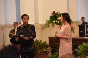 Presiden Jokowi bersama penyanyi Raisa saat peringatan Hari Musik Nasional Tahun 2017 di Istana Negara, Jakarta (Foto: Dokumentasi Setkab).