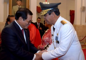 Seskab memberikan ucapan selamat atas pelantikan Isdianto sebagai Wagub Kepri Sisa Masa Jabatan Tahun 2016-2021, di Istana Negara, Jakarta, Selasa (27/3). (Foto: Humas/Oji)