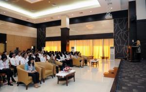 Kepala Biro SDM dan Ortala Setkab saat memberikan orientasi kepada CPNS Setkab di Aula Gedung III Kemensetneg, jakarta, Jumat (2/3). (foto: Humas/Jay)